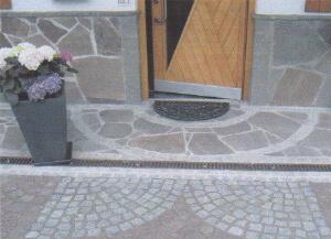Eingangsbereich gestaltet vom Garten- und Landschaftsbau Saltarelli Sportelli